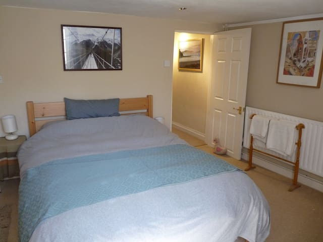 Quiet double room at the west end of the Harbour - Bristol - Talo