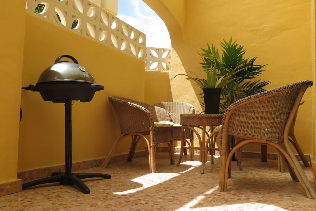terraza exterior muy luminosa con barbacoa electrica