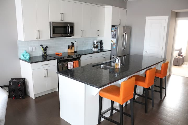 South Health Campus Townhome: 3 Beds, Gym, & More! - Calgary - Townhouse