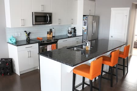 South Health Campus Townhome: 3 Beds, Gym, & More! - Calgary