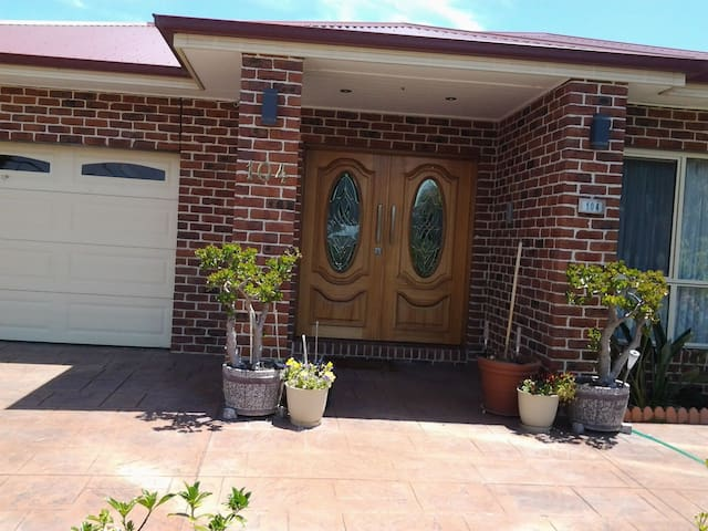 Large family  home in quiet area. - Dandenong - 家庭式旅館