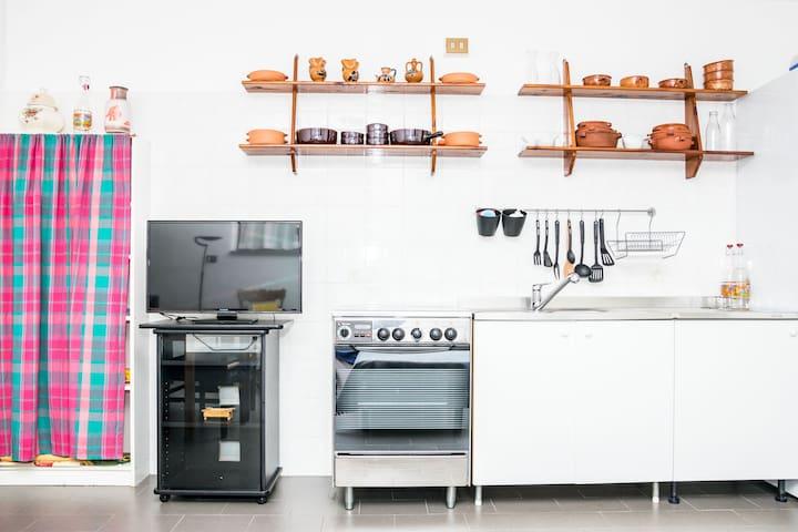 equipped kitchen with refrigerator dishes, cookware, cutlery and everything you need to cook - Cucina attrezzata con frigorifero, piatti,pentole, posate e tutto il necessario per cucinare