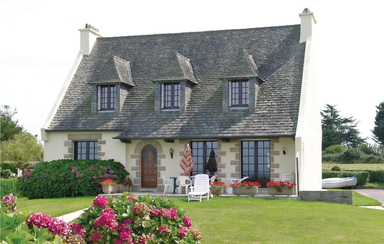 Holiday cottage with 5 bedrooms on 140m² in Locquirec