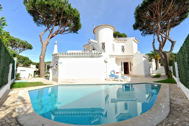 Villa in typical Portuguese style, quiet area of Vilamoura with private pool