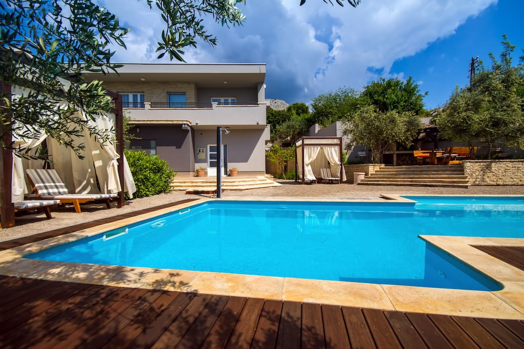 Private 50m2 heated pool with counter current, 6 deck chairs and 2 baldachin