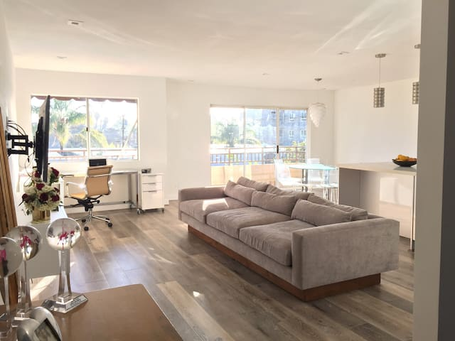 Slick and Bright Modern Retreat - Los Angeles - Appartement en résidence