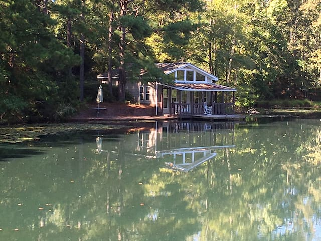 Relaxed getaway on the pond (Pine Mountain Valley)