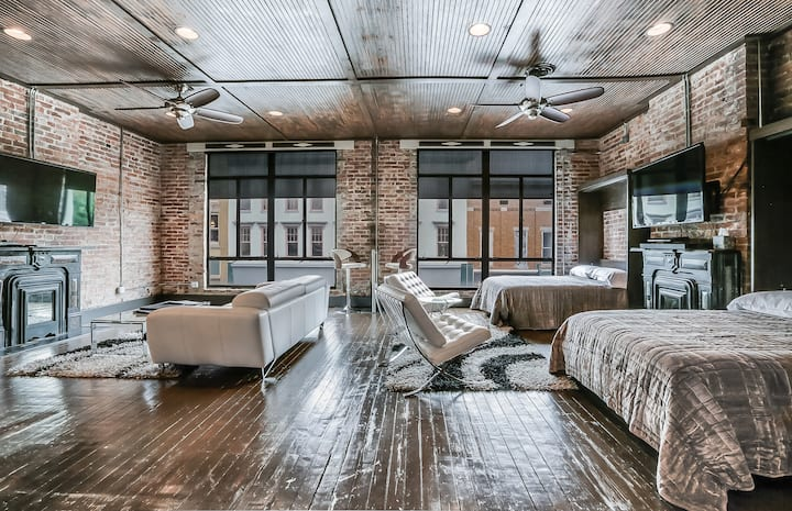 SLEEPS 6!  Loft w/ 1 Queen & 2 Doubles, Bar, 2 TVs