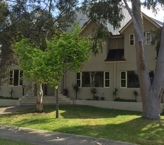 Four airy rooms upstairs. - Chirnside Park - Bed & Breakfast