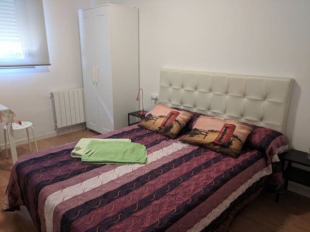 Private room & WC with Smart TV near Barcelona