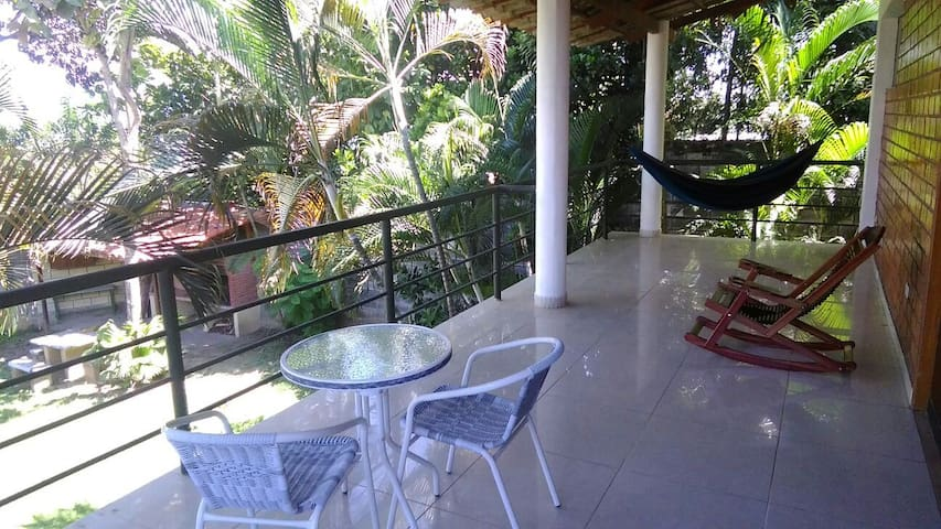 la balcón con vista del jardín.