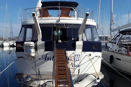 Séjour sur un yacht dans la cabine CAPITAINE - Gruissan