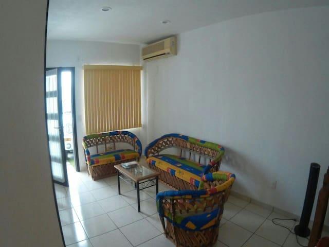 Sala de equipales rusticos y cuenta con aire acondicionado