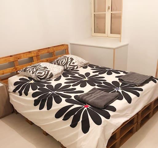 Lit double ultra confort et rétro-éclairé. sommier en lit palette moderne.