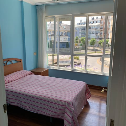 Habitación con  vistas a la glorieta , cama individual.