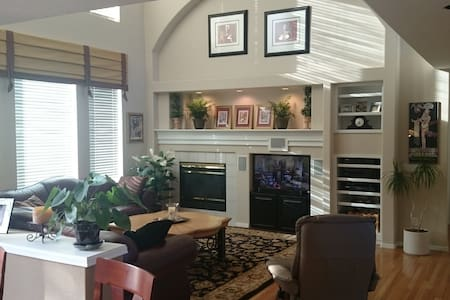 Open & Cozy--Your Home Away From Home - Highlands Ranch - Rumah