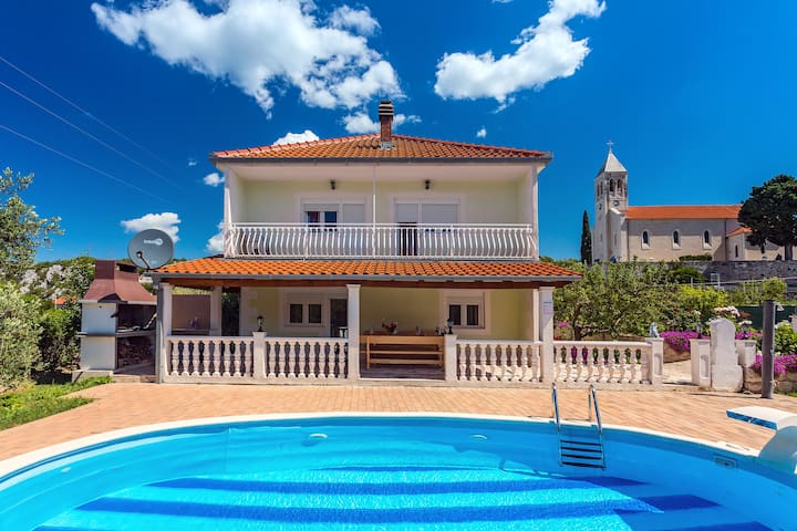 Beautiful house with private pool for 8 persons