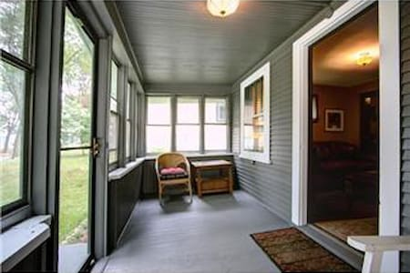 Private bedroom in a quaint, central neighborhood - Saint Paul