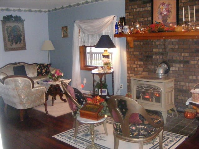 Cottage Blue Room/LVL B&B--beautiful BB in WG!