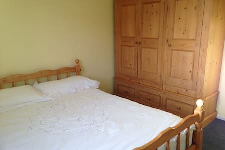 Near Cheltenham/Cotswolds (2 dbl & 1 twin bedroom) - Brockworth