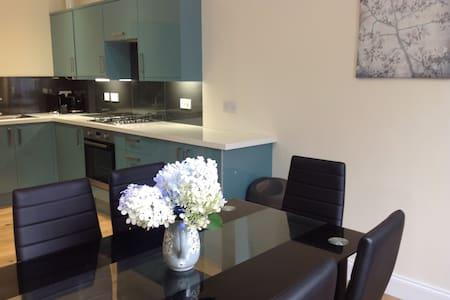 Stunning Town Centre Flat - Dunfermline - Apartment