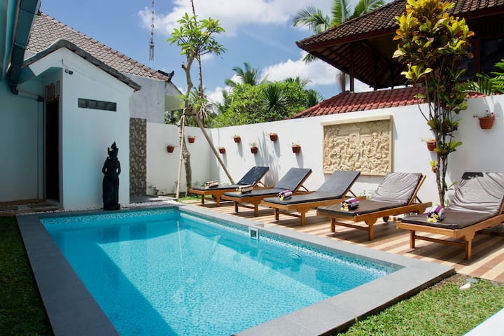 Special price- private ensuite, breakfast, 2 pools
