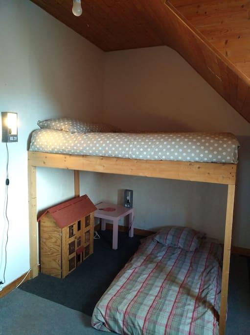 chambre 2: 1 lit double en mezzanine et un matelas au sol