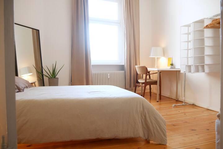 cosy room. in designers flat. upper tiergarten.