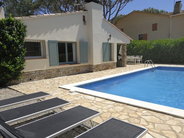 Chalet ground floor with garden and private swimming pool.