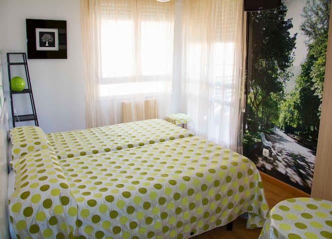 habitacion con balcon y baño