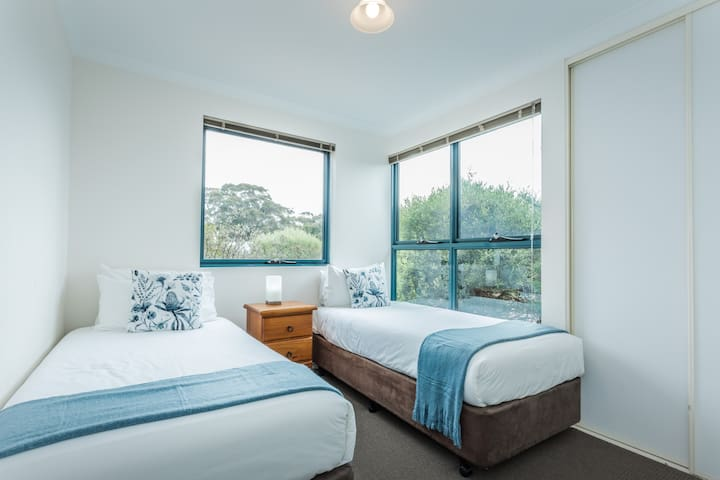 Airy, spacious 2nd bedroom with high quality linen, tasteful decor and native garden views. Wake up to the wildlife!
