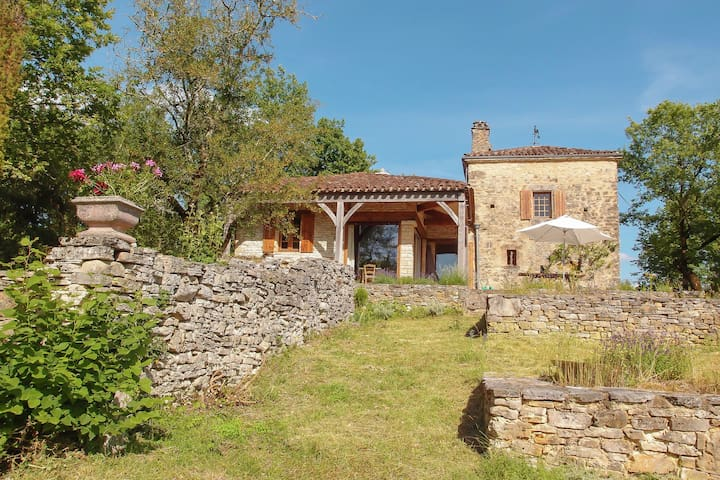 Characteristic home with large natural garden and magnificent meadow view