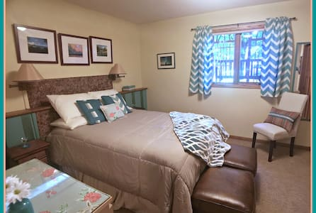 Two Bedrooms, Private Bath and Living Room - Northfield - Haus