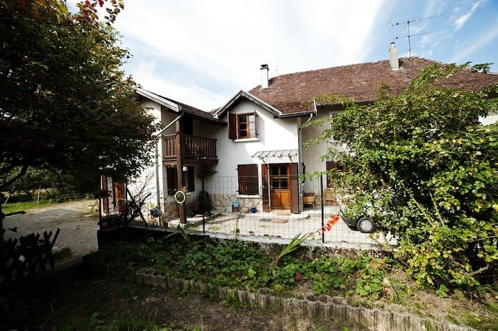 Grande maison vue sur la Chartreuse