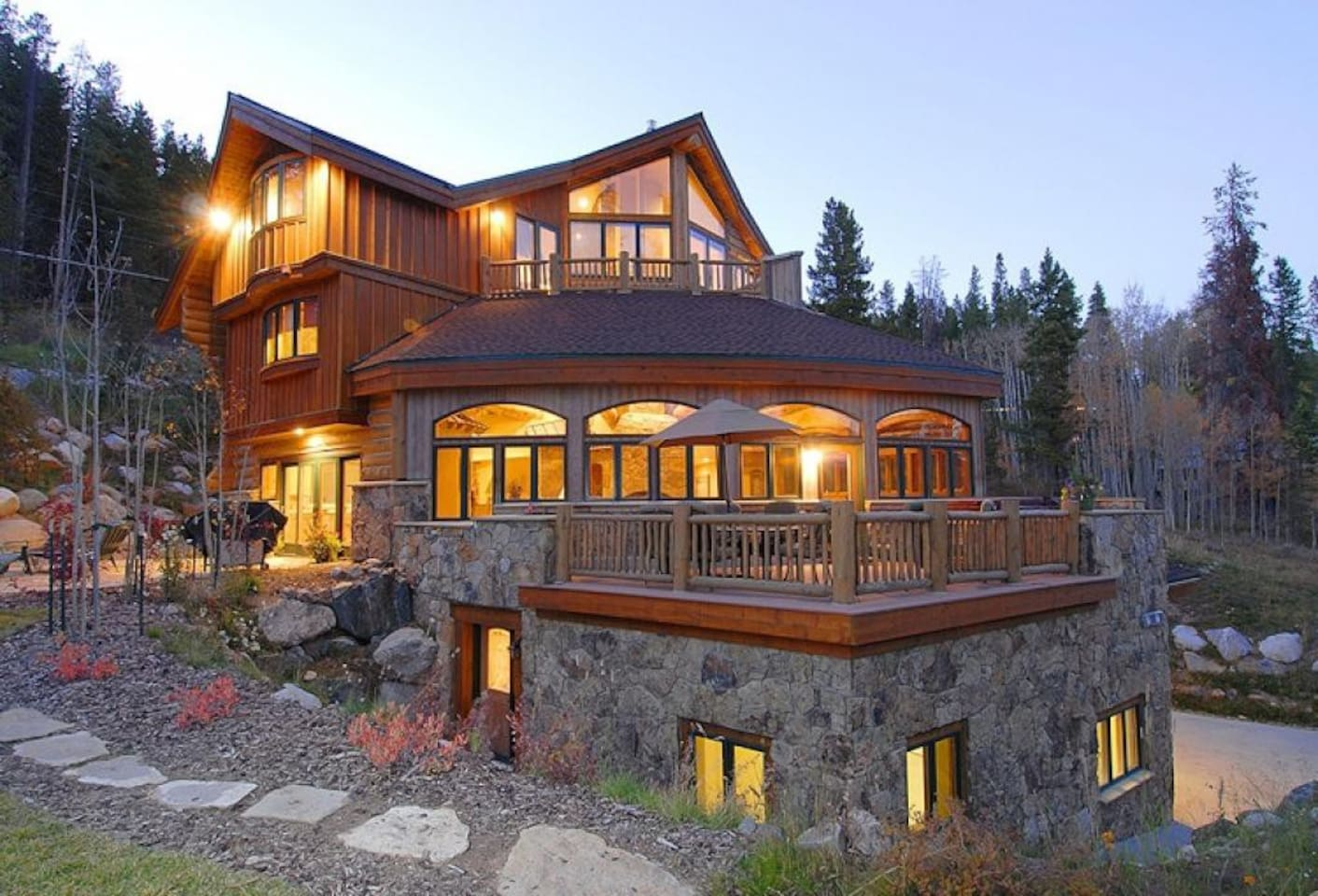A truly unique architecture with lots of amenities and true mountain getaway feeling.