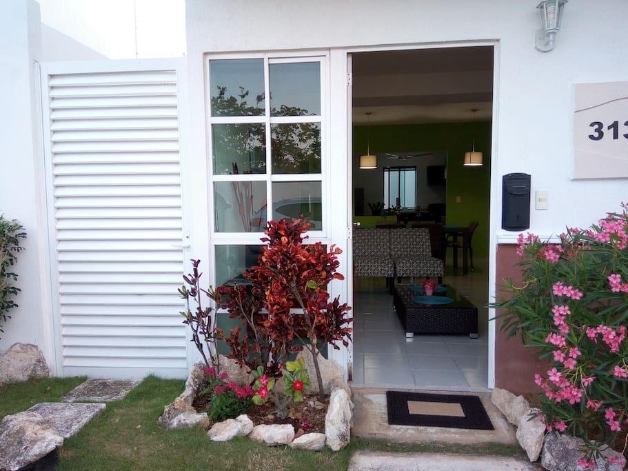 Entrada principal  Playa Hermosa No. 313