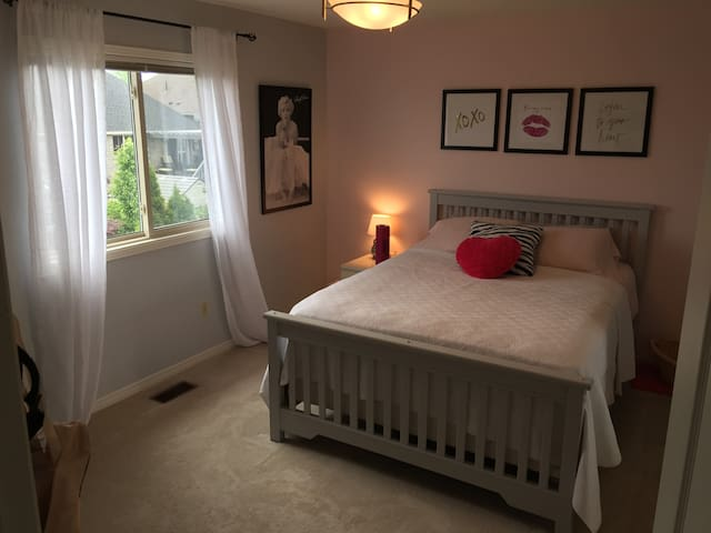 Nice sized bright bedroom - Cobourg