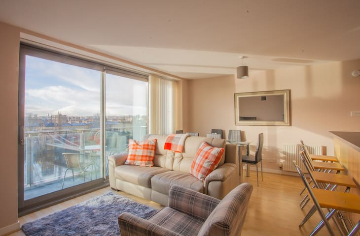 Modern 2 bed with breathtaking views of the city
