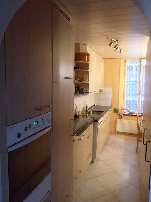 Küche. Gut ausgestattet zum Kochen, Backen und Essen.