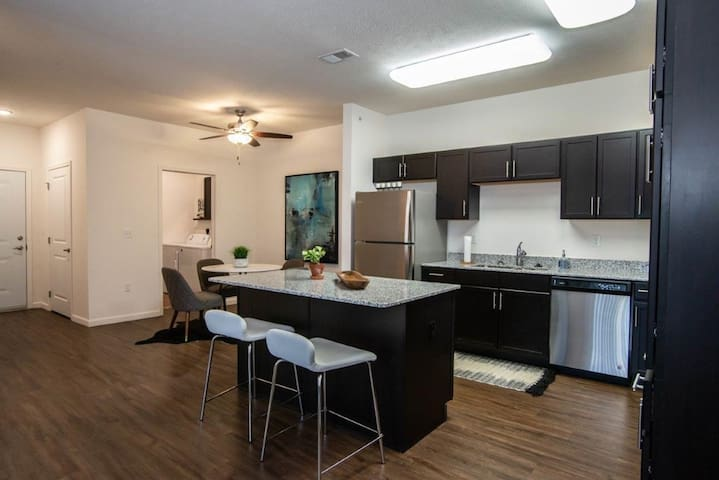 Huge 1bdrm, w/Washer-Dryer, Extended Stay Welcome