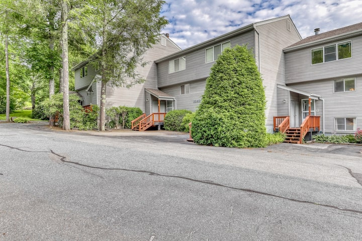 Townhouse-style condo on golf course w/ open living room and balcony!