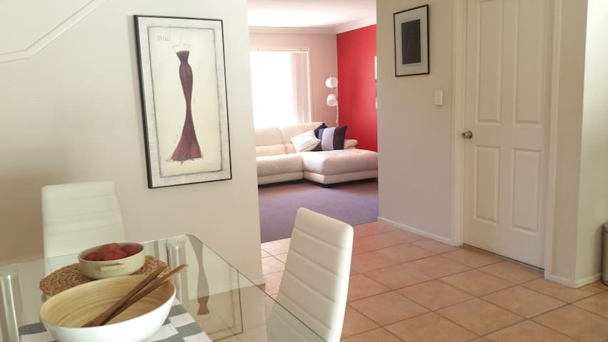 Tranquil & Spacious - Walk to Station, Shops & Uni