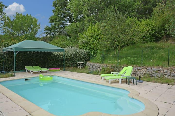 Espaciosa villa con piscina privada en Ampus