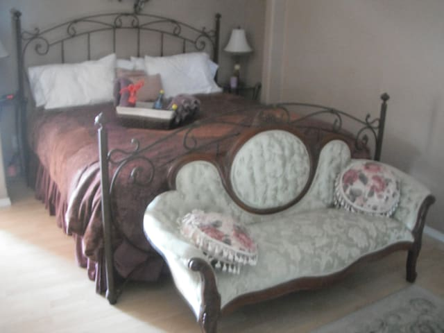 Icart Room at Conley Suites bnb - Yelm - Bed & Breakfast