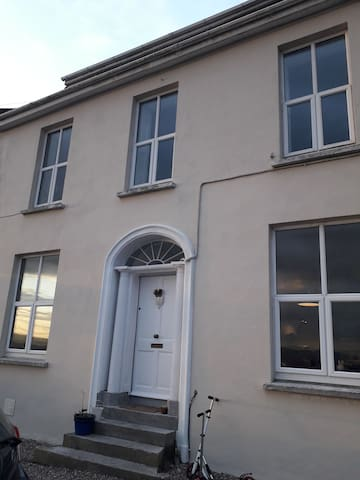 City centre large townhouse. Sleeps 10 4 bathrooms