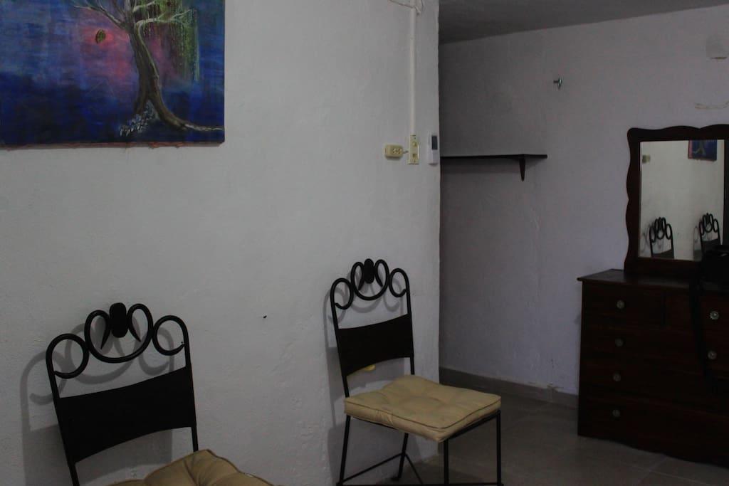 Dos sillas en la sala de la habitación.