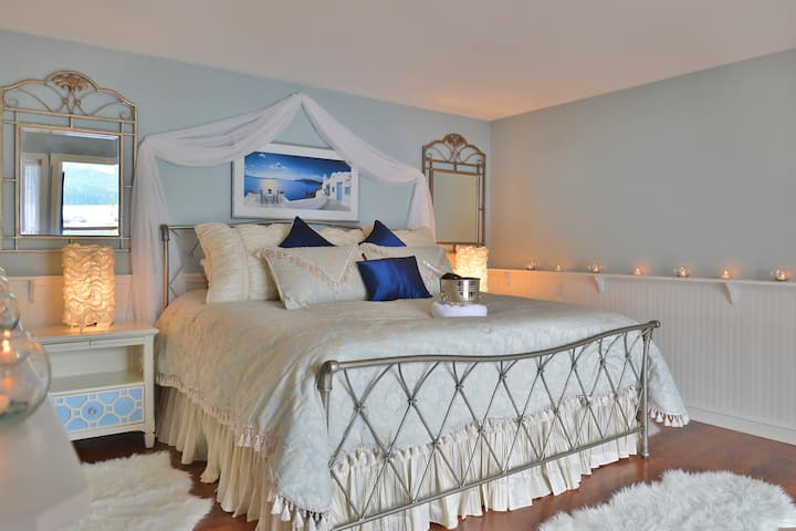 Oceanside Retreat (Sechelt)- Captain's  Cove Suite