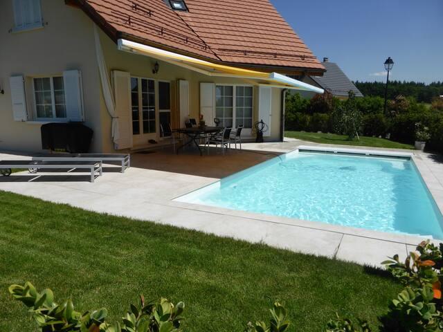 Maison spacieuse jardin piscine