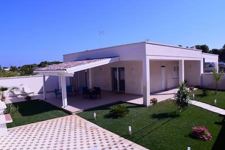 Villetta Elcisia - a due passi dalla spiaggia - Torre Specchia Ruggeri - Casa