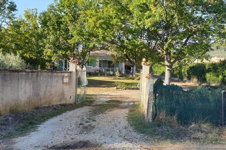 Gîte au calme (2-4 personnes) dans le sud Luberon